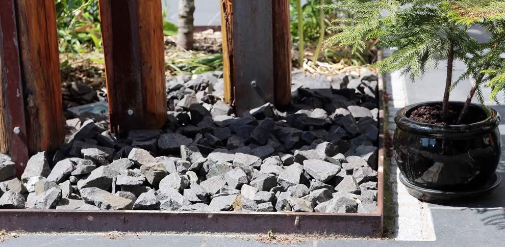 Holzskulptur und berostete Stahlkanten
