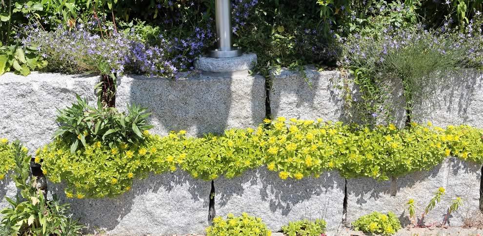 Mauer aus Granitspaltblöcken.