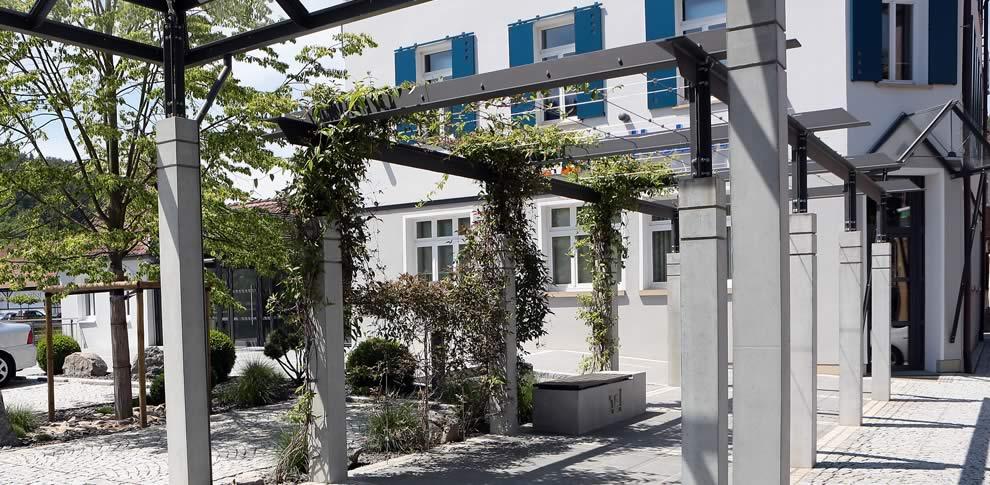 Granitstelen und Granitpflaster zur Gestaltung von Vorplatz und Parkfläche.