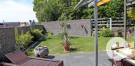 Sichtschutz mit Gabionen und Holzelementen.