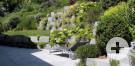 Terrasse mit Stützmauer aus Granitblöcken.